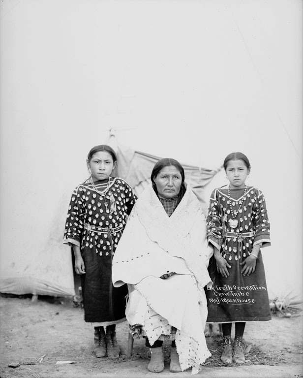 Crow woman and two girls - 1917