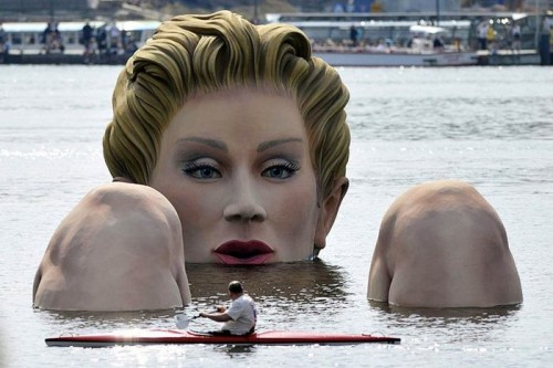 The gian Hamburg water woman